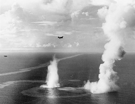 1024px-Sinking_of_Japanese_destroyer_Wakatake_1944.jpg