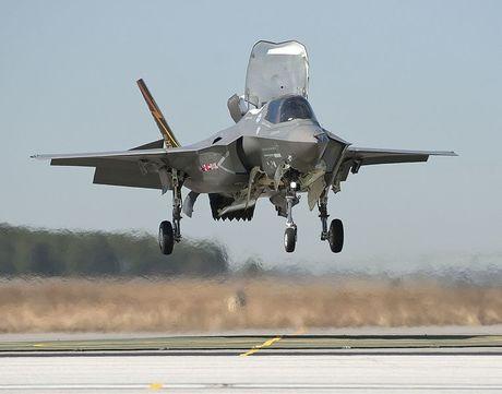 First_vertical_landing_of_an_F-35B_Lightning_II_March_18,_2010_100318-D-DG182-075.jpg